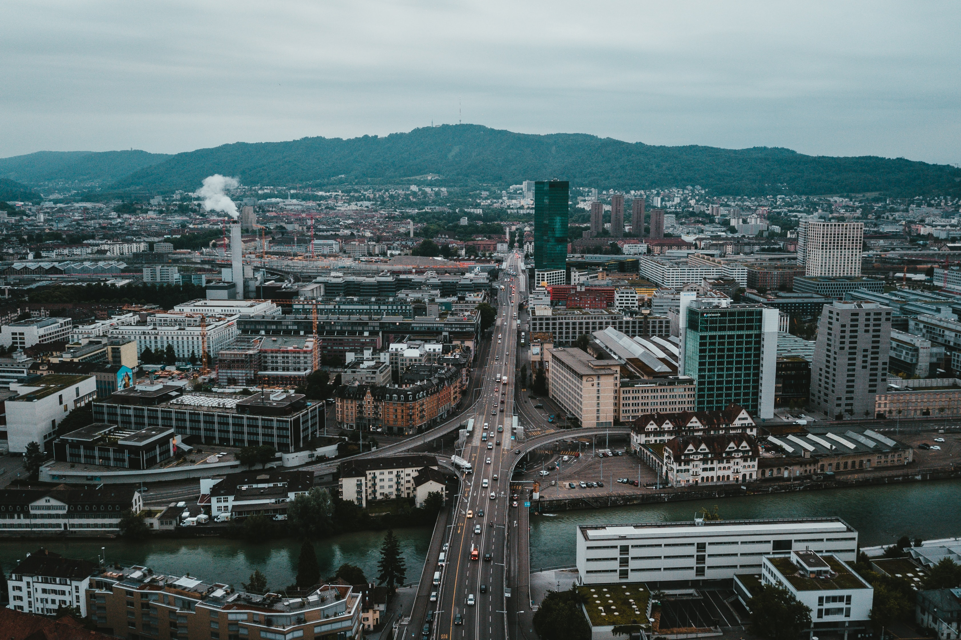 Zürich: Photo by 🇨🇭 Claudio Schwarz on Unsplash